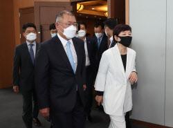 [포토]이동하는 정의선 부회장과 수소경제위원들
