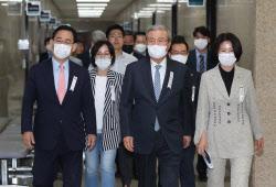 [포토]통합당 비대위 참석하는 김종인-주호영