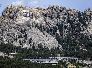 '큰 바위 얼굴' 앞에 선 트럼프
