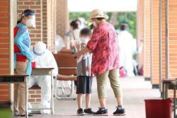 [포토]위생장갑 착용하는 한 학생