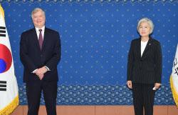 [포토]외교부 청사에서 만난 강경화 장관-스티븐 비건 대북특별대표