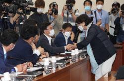 [포토]행안위 전체회의, '악수하는 서영교-김민석'