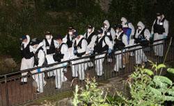 [포토] 박원순 서울시장 시신 옮기는 경찰