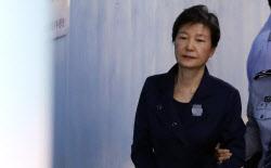 """박근혜 파기환송심서 징역 20년…""""국민 분열 책임 있다""""(상보)"""
