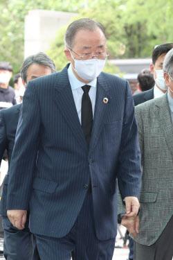 [포토]빈소로 향하는 반기문 위원장
