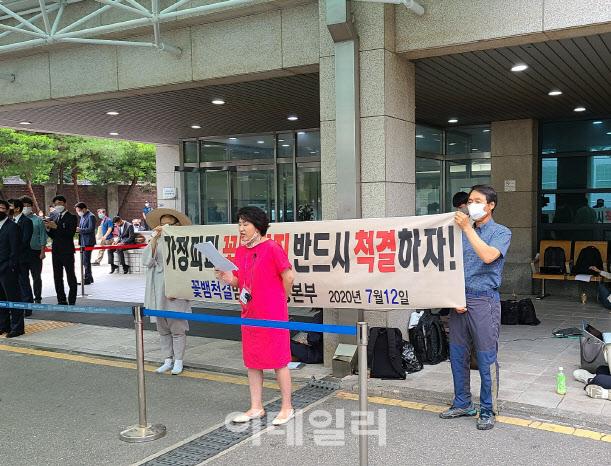 """""""여성들도 반성하라""""…허경영 지지단체, 박원순 빈소서 '미투 반대' 외쳐"""