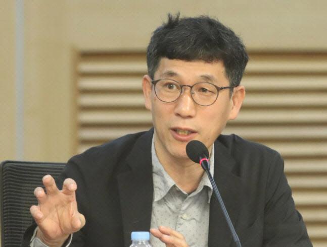 """진중권, '가짜 미투 의혹' 윤준병에 """"권력 가진 철면피"""""""