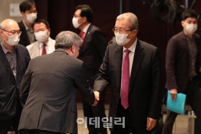 관계자들과 인사하는 김종인 비대위원장