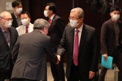 [포토]관계자들과 인사하는 김종인 비대위원장