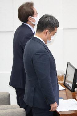 [포토]故 박원순 시장 추모 묵념하는 서정협 권한대행