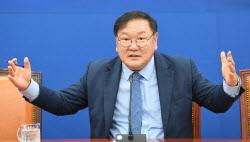 [포토]취재진 질문에 답하는 김태년 민주당 원내대표
