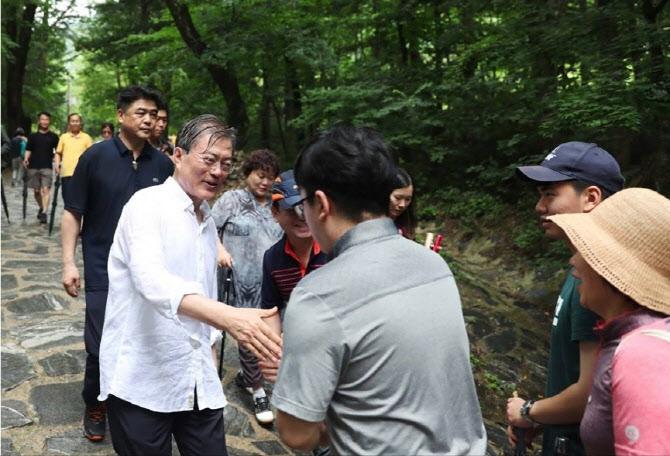 文대통령, 임기 4년차 여름휴가..'휴가의 정치학'