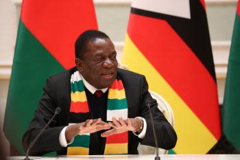 """짐바브웨 대통령, 정부 비판론자 향해 """"쓸어버리겠다"""""""