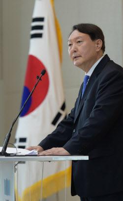 """""""물러나 정치vs식물 총장 고사""""…`허울 쓴 독재` 尹 발언 후폭풍"""