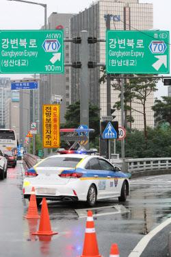 [포토]강변북로 진입로 통제하는 경찰
