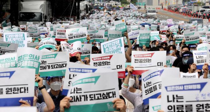 """파업 후 거리로 나선 젊은의사들…""""의대 정원 확대 재논의하라"""""""