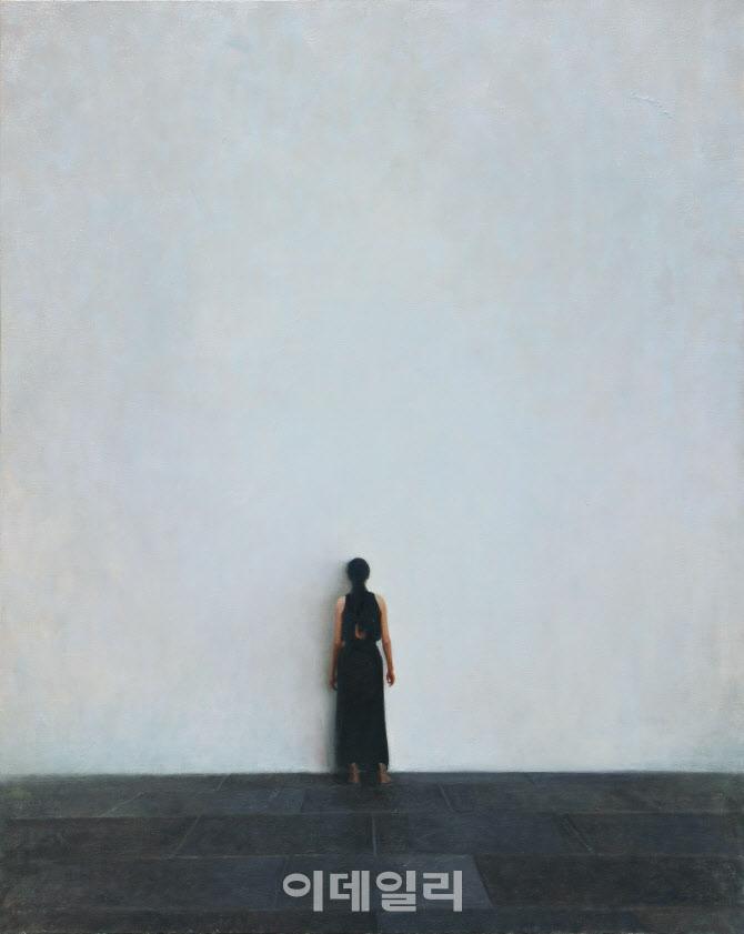 [e갤러리] 광활한 회색 앞 여인의 '면벽'…임민성 '뒷모습-형상없는 미술관'