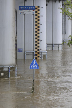 [포토] 차량 통행 재개 수위 6.2m 돼야...아직은 수위 높은 잠수교