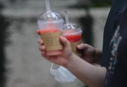 [포토]장마 소강, '손에는 우산대신 커피'