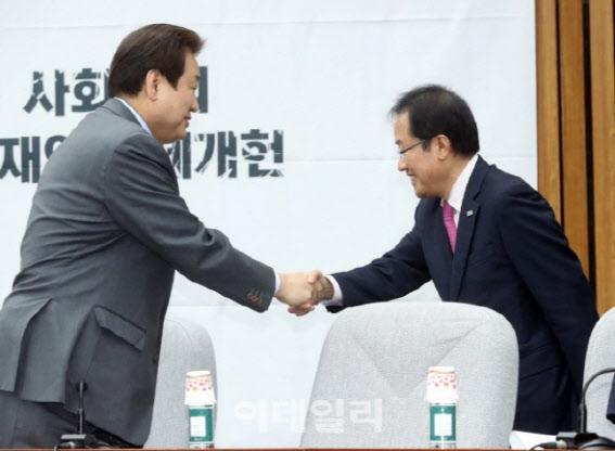 """조국 """"김무성·홍준표의 '소설'...'발설지옥' 들어갈 것"""" 경고"""