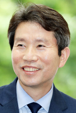 한교총 간 이인영 통일장관…남북 '작은 교역' 논의