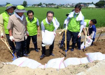 이성희 농협회장, 수해지역 일손돕기