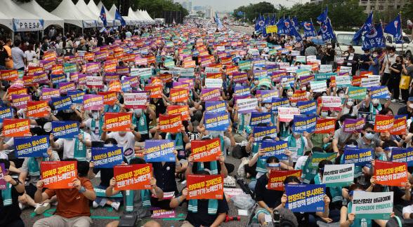 """""""'#덕분에' 기만 말고 존중부터""""…거리로 쏟아져 나온 2만여 의사들"""