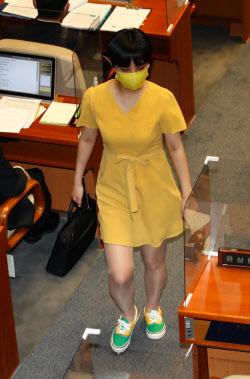 [포토]류호정 의원, '오늘은 노란 원피스'