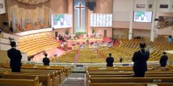 [포토]코로나19로 최소 인원만 참석해 드리는 주일 예배