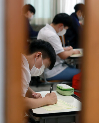 """학생감소에 수능 지원자 급감…""""경쟁률·합격선 하락할 것""""(상보)"""