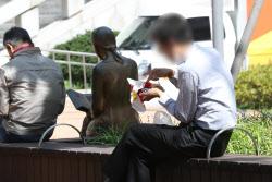 [포토]사회적 거리두기 2단계, 밖에서 밥을 먹는 직장인