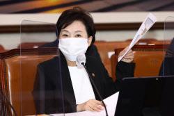[포토]국토위, '회의 준비하는 김현미 장관'