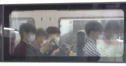 [포토]열차 내에서도 벗을 수 없는 마스크