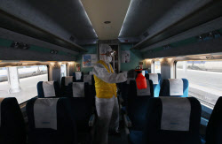 [포토]추석 안전한 귀성을 위해 열차 소독