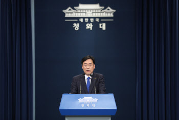 """北 피살, 의도적 발표 연기?…靑 """"전혀 사실 아냐"""" 반박"""