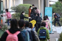 [포토]거리두며 줄지어 등교하는 학생들
