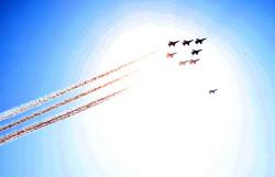 [포토]태양을 가로지르는 공군 블랙이글스