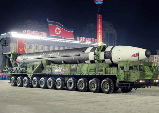 """北 신형 ICBM, 외부 도입? """"벌목 트럭 위장했을 수도"""""""