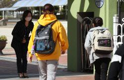 등교중단 학교 18개교…학생 추가 확진 4명