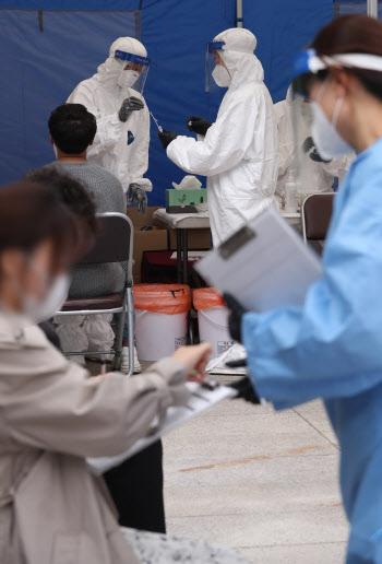 [포토]코로나19 검사 받는 학원 강사들