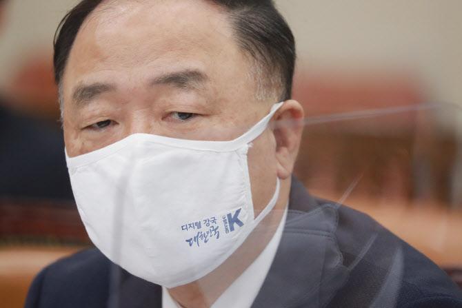 """""""금융소득 과세 무산될라""""…홍남기 '대주주 3억' 버티는 이유"""