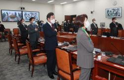 [포토]'국민의례하는 이낙연 대표'