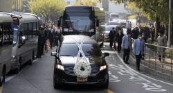 [포토]장례식장 나서는 故 이건희 회장 운구차량
