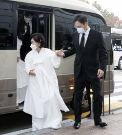 [포토]어머니 홍라희 여사 손 잡아주는 이재용 부회장