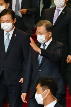 [포토]민주당 당직자들에게 손 인사하는 문 대통령