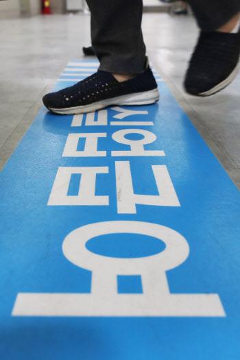코로나發 고용대란 정규직까지 확산…상용직 24만명 실직 '역대 최대'