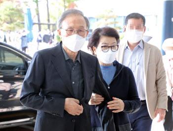 이명박, 징역 17년 확정 뒤 김윤옥 여사와 병원서 모습 드러내