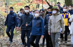 '52년 봉쇄' 북악산 개방 D-1..文대통령, 엄홍길과 산행