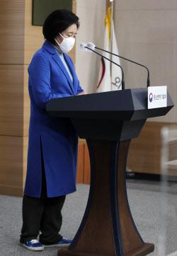 [포토] 운동화 신고 창업 동향 발표하는 박영선