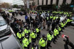[포토]집회 펼치는 민주노총, 경찰과 대치